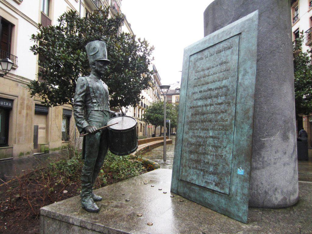 Escultura homenaje a la marcha de San Sebastián