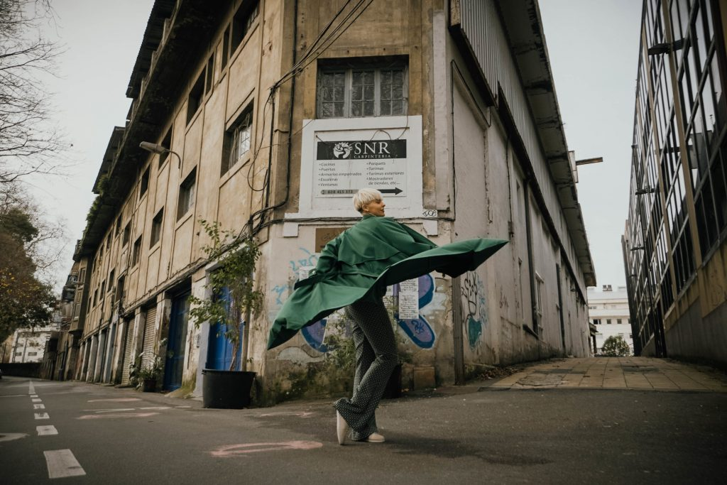 mujer posando street style