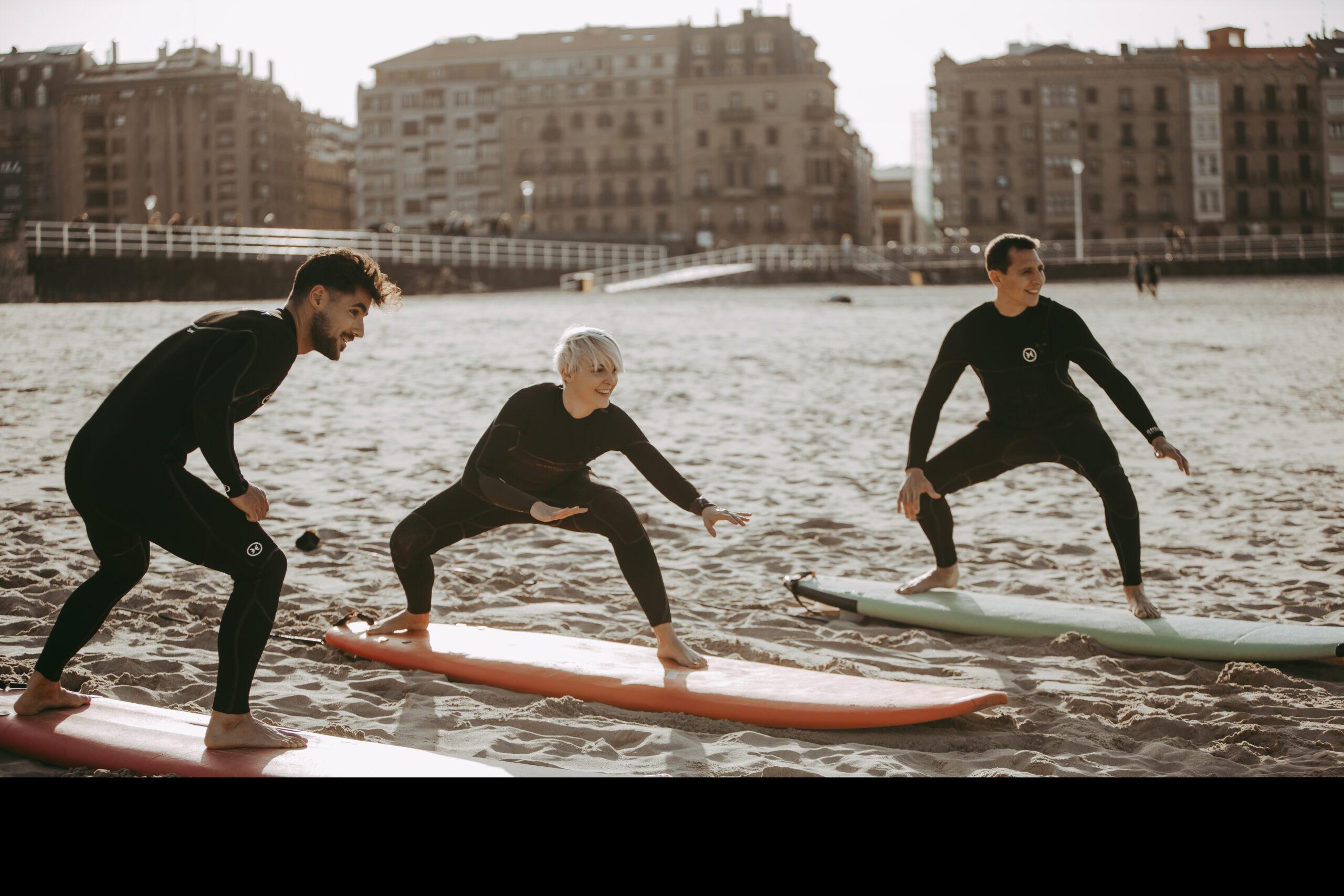 3 personas haciendo surf